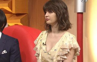 (胸チラ)マギーの衣装がすけべすぎて常にお乳見えてる件wwwwww(キャプえろ写真17枚)