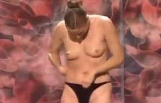 えろとマジックの融合☆大勢の観客の前で最終的に裸になっちゃう女マジシャン(ムービーあり)