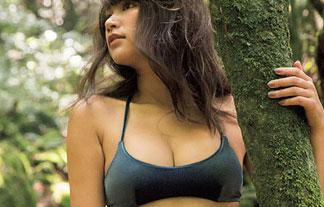 久松郁実が屋久島の大自然で大胆ミズ着を披露☆相変わらずえろい身体…