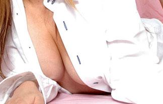 お乳が見え隠れする裸ワイシャツがえろ過ぎる…